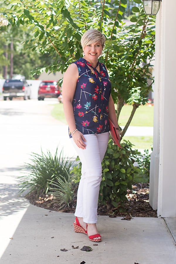 navy print top with white jeans outfit