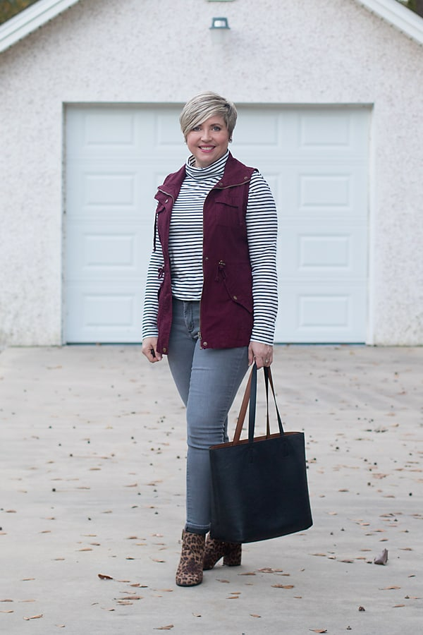 casual weekend outfit, grey jeans, leopard booties