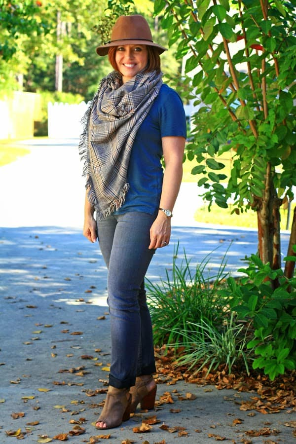 wool felt hat with jeans and tee fall outfit