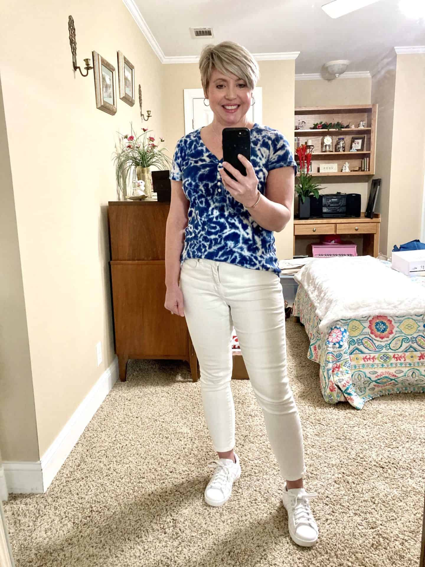white jeans and sneakers outfit