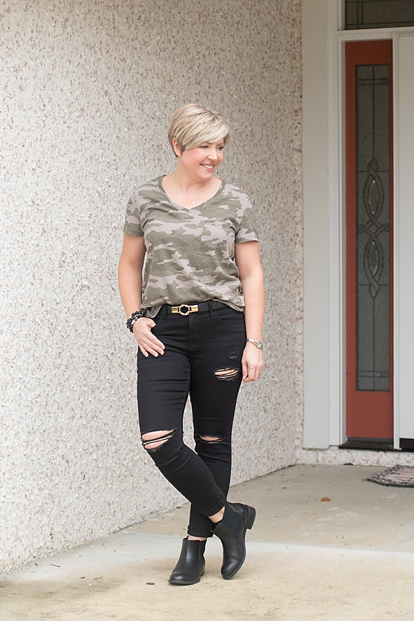 distressed black jeans and camo tee fall outfit
