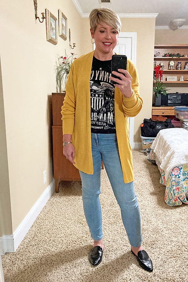 graphic tee with light wash jeans fall outfit