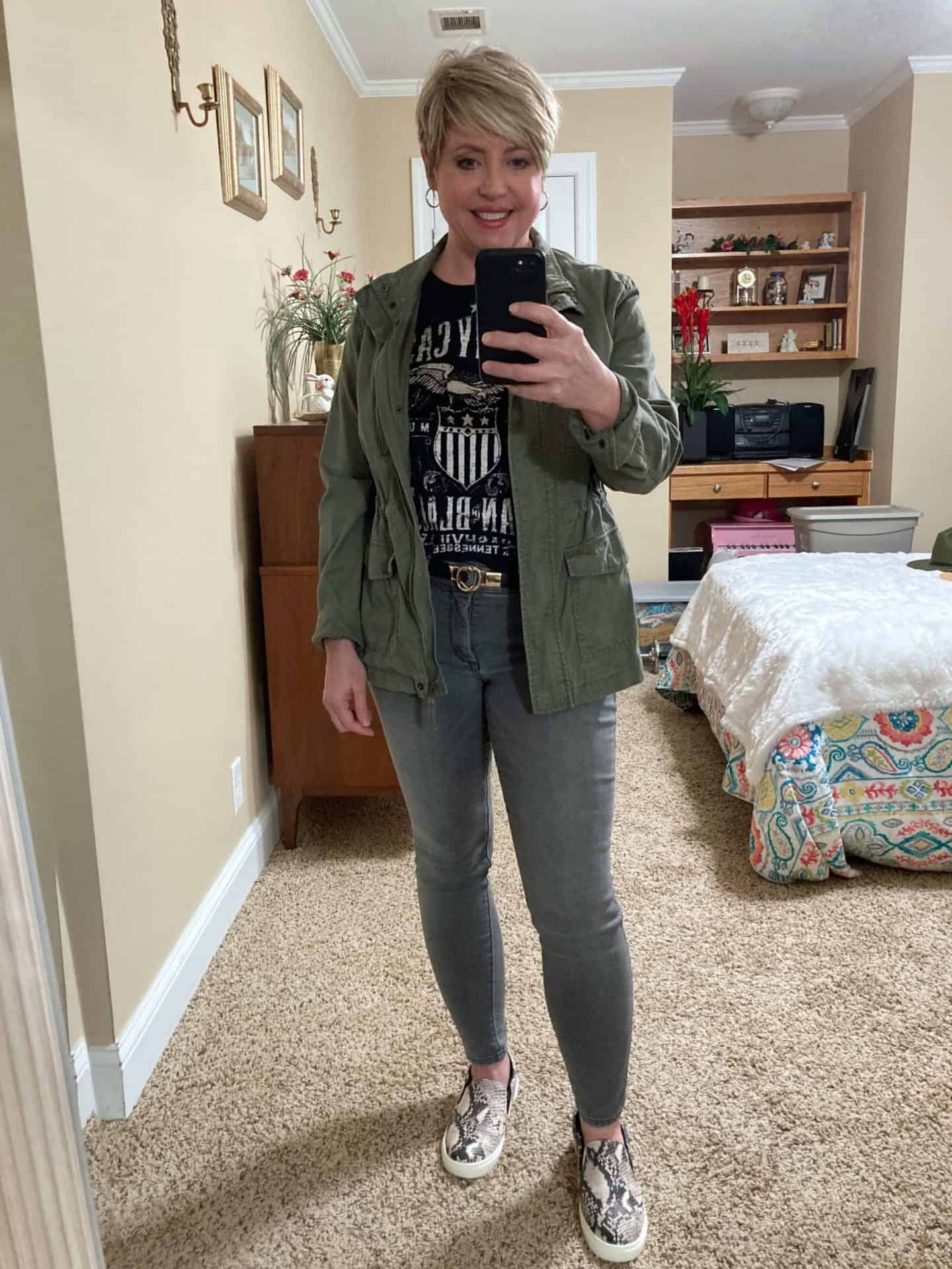casual fall outfit with utility jacket and graphic tee, outfits for errands and casual outings