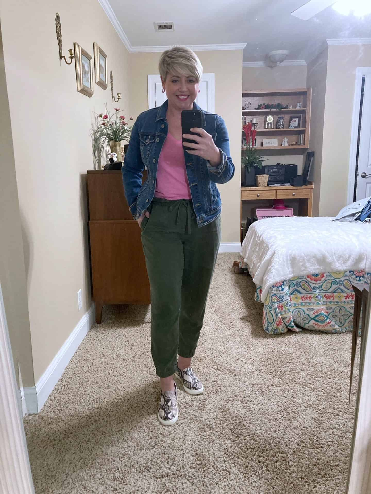 spring outfit with joggers and denim jacket