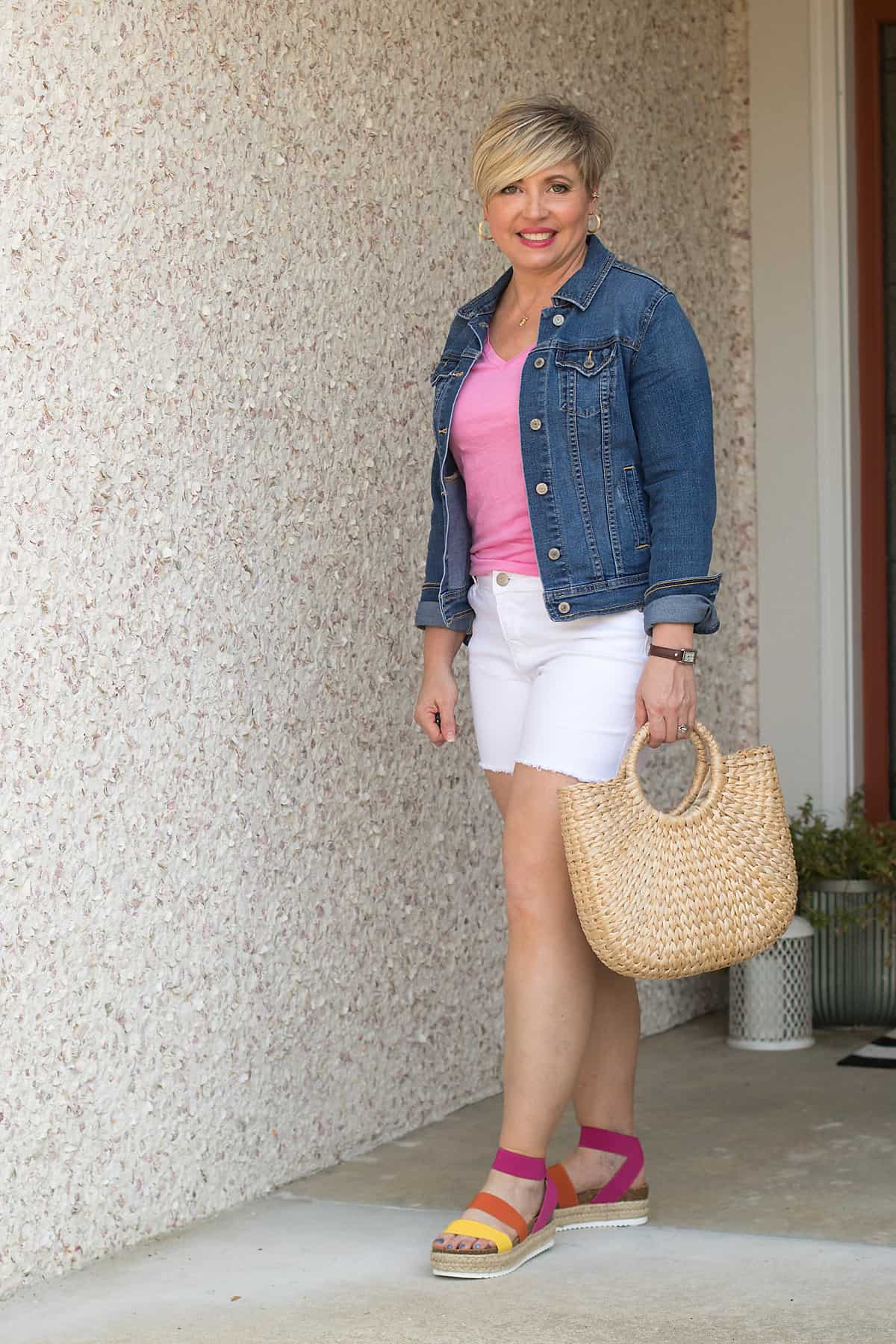 summer outfit with white cut off shorts