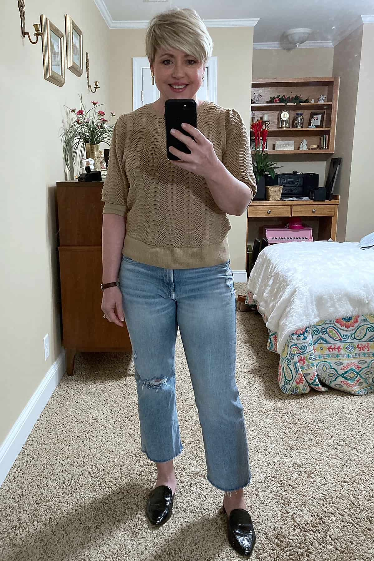 women's spring casual outfit with lightwash jeans