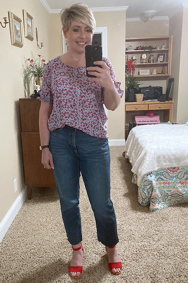 casual spring outfit with high waist jeans