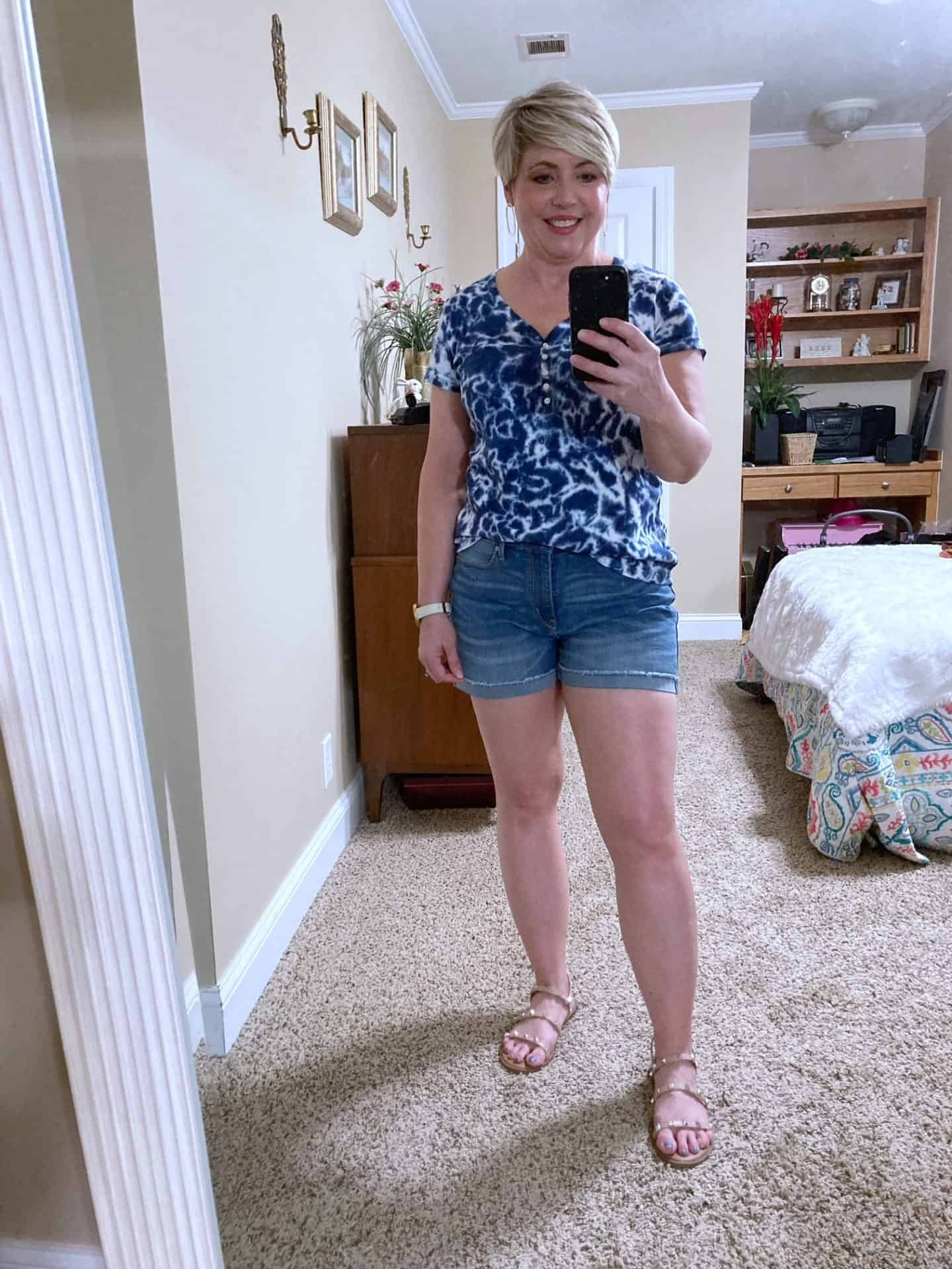 tie dye top and denim shorts outfit