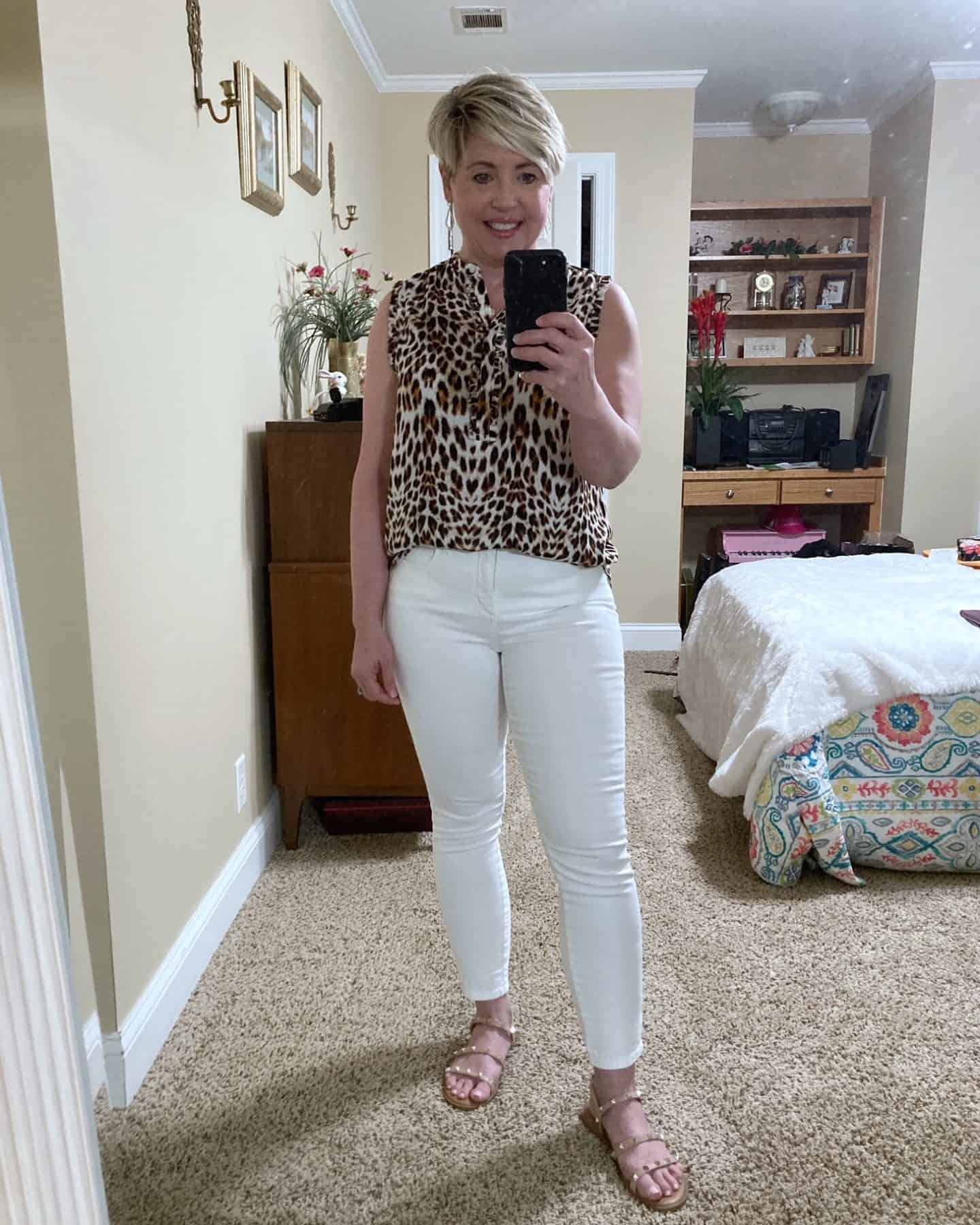 sleeveless leopard print top with white jeans summer outfit